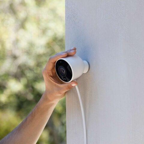 google-nest-cam-outdoor-wird-an-der-hauswand-montiert